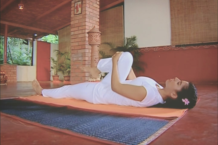 Wind Relieving Pose Pawanmuktasana Yoga For Gas The Art Of Living